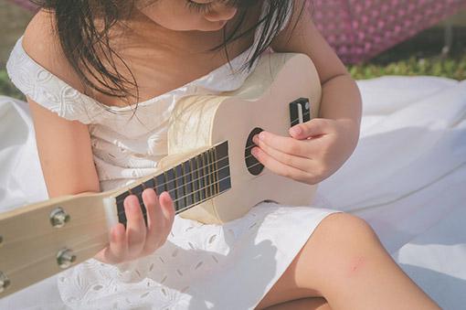 gitarrespielendes Mädchen in Ihrer Freizeit